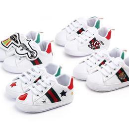 Estrella zapatos niño online-Zapatos de bebé recién nacidos Niños Niñas Niños corazón de la estrella primeros caminante niños atan para arriba PU de las zapatillas de deporte blancas de Prewalker
