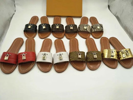 Donne in pelle vera pelle estate online-Sandali firmati 2019 Lock in pelle Sandali da uomo e da donna estivi pantofole in vera pelle pantofole casual da spiaggia