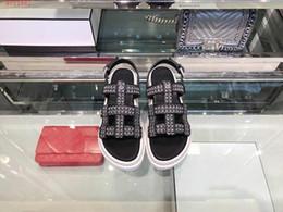 código de sandalias Rebajas Nuevas sandalias sandalias planas Playa estilo personal Hebilla de fondo grueso con zapatos de bizcocho de esponja romana código de color datos 35-40