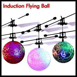 rc mini helicóptero envío gratis Rebajas Inducción LED Flying Crackled bola RC aviones no tripulados con helicóptero Flashed avión ligero de navidad del juguete automática del sensor arranque para Niños Niñas de Navidad