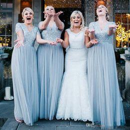 Vestito blu polveroso manica lunga online-Dusty Blue Long Country abiti da damigella d'onore 2019 scollo a V maniche corte paillettes Top Tulle Maid Of Honor Wedding Guest Gown