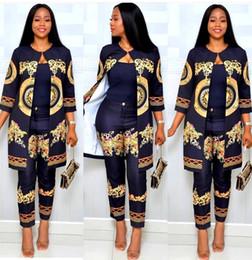 Pieza de oro online-Envío gratis 2019 Moda para mujer Estampado dorado Capa larga + Pantalones Conjuntos de dos piezas Traje casual 2 piezas Traje 3XL
