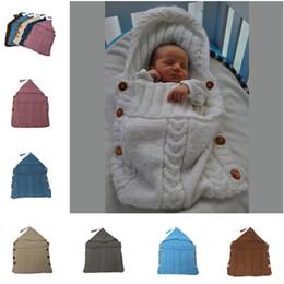Manta de bebé hecha a mano online-Bolsas de dormir recién nacido del bebé de punto con capucha Swaddle borla de sólidos hechos a mano Mantas Botones Envolturas de vestuario ganchillo Sacos de Sueño TTA2050