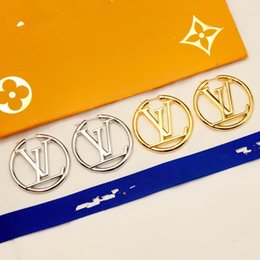 Brincos de laço on-line-Designer de luxo clássico de cobre com ouro 18k oco alfabeto rodada Loop brincos para mulheres jóias