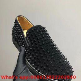 Sapatilha de rebite de tendência on-line-Slip-on Tendência de Couro Red Bottoms Shoes Low-corte Para Homens Sapatos Rebite Preta Inteiro Casuais Modelos Casal Mocassins Plana