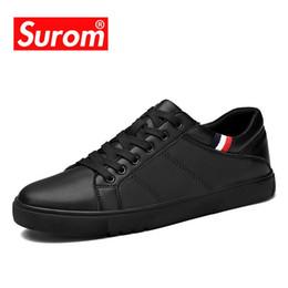 Leather SUROM modo di marca delle scarpe da tennis scarpe casual scarpe da uomo traspirante Classic Black White Male Krasovki Primavera Estate