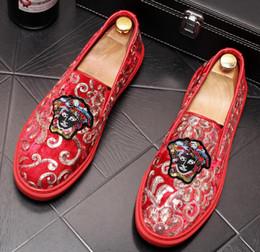 Promosyon Yeni 2019 bahar Erkekler Kadife Loafer'lar Parti düğün Ayakkabı Avrupa Tarzı Işlemeli Mavi Kırmızı Kadife Terlik Sürüş moccasins cheap shoes new style europe nereden ayakkabı yeni stil avrupa tedarikçiler