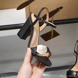 Zapatos de tacón alto de lujo online-Sandalias clásicas Señora Verano 2019 Diseñador Marca de lujo Sandalias Hebilla de metal tamaño grande us10 42 Zapatos de tacón alto de cuero sexy para mujer 10 cm