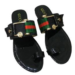 Sandálias de borracha única mulheres on-line-31 cores 2019 sandálias da marca wonen tamanho grande 35-42 sandálias vermelhas com sola de borracha com cinta de borracha da correia das mulheres moda feminina flip flop interior