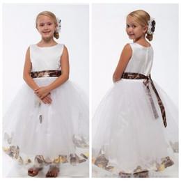 Vestido de casamento com trem removível branco on-line-Vestido da menina de flor do tule branco do decote de Bateau com trem de camo Vestidos da festa de casamento do pequeno Princesa Camo com faixa de Removable