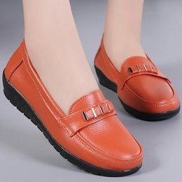 резиновая лодка Скидка Слип-на обувь для женщин Квартиры Большого размера 41-44 Натуральной кожи Металл украшения Круглого Toe Лодочной обувь Ladies офис Резины