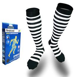 Оптовая унисекс сжатия носки для варикозного расширения вен теленка поддерживает черный белый полоса носки для женщин и мужчин Подарки для мужчин от