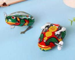 Salti di rana online-Classico Giocattolo per bambini Clockwork Tin Frog Jumping Frog Toy Bambino Bambino giocattolo Novità Gag Toys Wind-up Toys