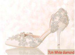 Argentina Nuevo estilo Cristal blanco Rhinestone zapatos de novia Estilete puntiagudo zapatos individuales Sandalias de verano Boda Princesa zapatos tacones altos 7 cm Suministro