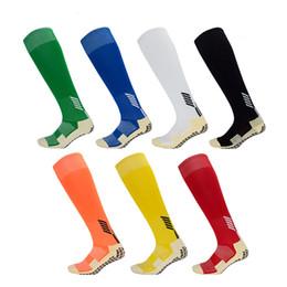 Hombres con calcetines online-Calcetines deportivos multifuncionales para hombres Usar calcetines largos resistentes Calcetines populares Calcetín de fútbol antideslizante Rodilla Calcetín alto M110Y