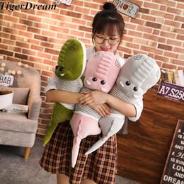 Brinquedos de pelúcia boneca de uma peça on-line-Frete Grátis One Piece Grande Crocodilo Com Roupas Bonecos de Pelúcia Macia Algodão PP Almofada Crocodilos Almofada Crianças Brinquedos 3 Cores