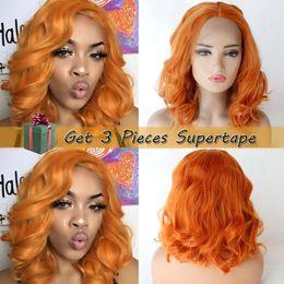 Cor do cabelo branco laranja on-line-Synthetic cor laranja Glueless cabelo curto encaracolado rendas frente Wigs Parte Oriente Para Branco / Preto Mulheres sintético Lace Wig Calor Cosplay resistente