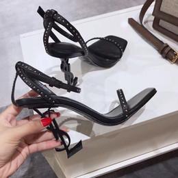 Saltos abertos da correia do dedo do pé on-line-Nova Marca Sexy Sandálias Mulher Verão Rivet Buckle Strap Designer de Sandálias de Salto Alto Sapatos Dedo Aberto Moda Saltos Finos