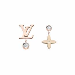 роскошные дизайнерские украшения женщины серьги четыре листа цветок серьги из нержавеющей стали серебра розового золота elagant асимметричного алмазного стержня от Поставщики бриллиантовые серьги-пасьянсы