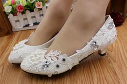 2019 zapatos de boda blancos de las señoras tacón bajo Zapatos de boda de CRYSTAL de encaje con cuentas blancas Zapatos de tacón de las mujeres del talón cuadrado moldeado para la fiesta Tacones bajos Cómodo nupcial Chunky Hee zapatos de boda blancos de las señoras tacón bajo baratos