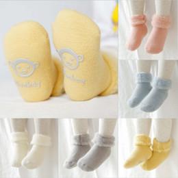 Botas de terciopelo rosa online-Medias de la Navidad de arranque piso calcetines de la historieta zapatos caliente antideslizante deslizador de espesor de terciopelo caliente nuevo bebé para niños de punto de felpa calcetines del barco