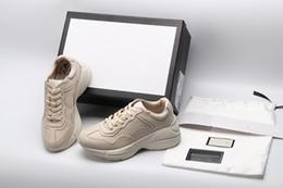 Streetwear sneakers online-Top Qualität Herren Rhyton Freizeitschuhe Papa Turnschuhe Paris Dance Streetwear Mode Frühjahr Frauen Designer dicken Sohlen Leder Turnschuhe