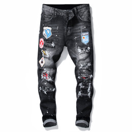 Jeans sottili online-Mens Badge RIPS Stretch Black Men Jeans Fashion Slim Fit Lavato Motociclo Denim Pantaloni Denim Pantaloni pannelli Hip Hop Pantaloni 10200