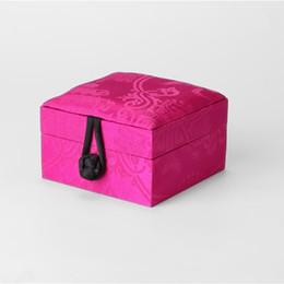 Натуральный шелк шелковицы китайские ювелирные изделия подарочная коробка дерево квадратное кольцо браслет ящик для хранения высокого класса роскошная упаковка коробка 9x9x6 см supplier silk jewelry gift box от Поставщики подарочная коробка из шелка