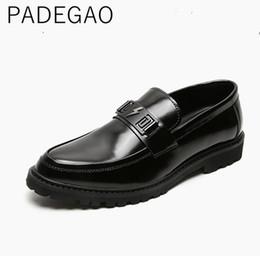 stile coreano Sconti 2019 Estate Corea stile casual in pelle verniciata degli uomini dei fannulloni slittamento scarpe tacco alto per gli uomini