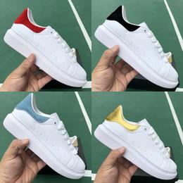 2019 pisos de diseño dama Alexander McQueen lujo ACE Hombres Mujeres Zapatos de diseñador New Lady Girls de cuero planos casuales zapatos Senderismo Entrenadores al aire libre Zapatillas de pisos de diseño dama baratos
