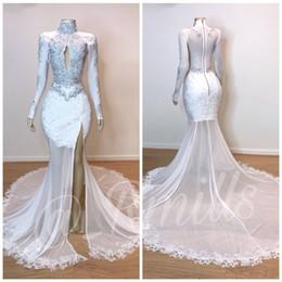 7339861cca8 2019 blanc col haut robes de bal de sirène de dentelle manches longues en  dentelle Applique perlé fendue balayage train formelle robes de soirée