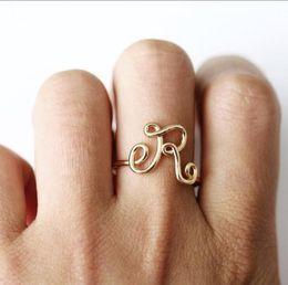 Le lettere anelli di dito online-Unisex oro argento colore A-Z 26 lettere iniziali nome Anelli per le donne uomini lega geometrica anelli di barretta creativa gioielli