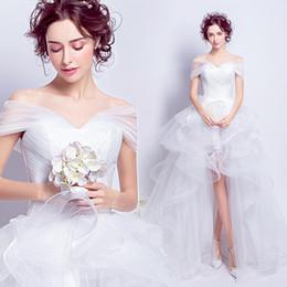 Vestidos de casamento brancos modestos on-line-Modest Boho Alta Low Country Estilo Vestidos de Casamento 2019 Fora Do Ombro Em Cascata Babados Assimétrico Equipado Branco Vestidos De Noiva De Noiva Vestidos
