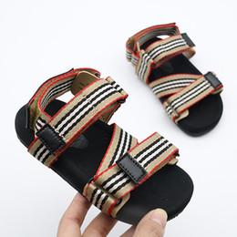 Sandalias negras bebé niñas online-Diseñador de zapatos para niños Vintage Toddler Summer Sandal para niños Suave y transpirable, cómodo, para bebés, niños, niñas, niños, zapatos de playa, franja roja