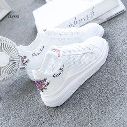 vente en gros femmes casual chaussures été printemps femmes chaussures mode brodé respirant creux lacets baskets femmes ? partir de fabricateur
