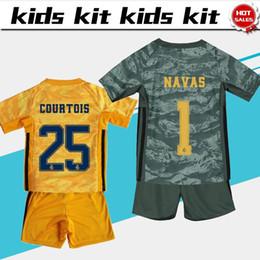 Camisetas de portero de fútbol niños online-2019 Kids Kit Real Madrid Goalkeeper Boys camisetas de fútbol 19/20 # 1 NAVAS # 25 COURTOIS Traje de niño uniformes de fútbol Jersey personalizado + pantalones cortos
