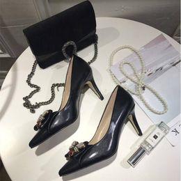 Sapatos de casamento calcanhar médio branco on-line-Novas mulheres de couro mid-heel bomba com arco com metal abelha ponto dedo do pé vermelho branco e preto cor mulheres bomba de sapatos de casamento