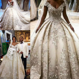 2019 vestidos de cristal de oriente medio Vestidos de novia de lujo Dubai Ball Gown Lace V-Neck 3D Apliques Vestidos de novia con cuentas de cristal Estilo de Oriente Medio rebajas vestidos de cristal de oriente medio