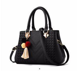 Luce per borsa online-borsa di Designer Borse Portafogli da donna di grande capacità delle donne con la borsa a tracolla il peso leggero nuovo ricamo in filo signora mucca