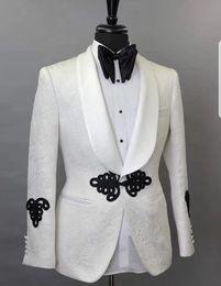 Abbigliamento sartori online-Bianco Avorio Harringbone abiti uomo 2Pieces Giacca pantaloni neri scialle risvolto creato su misura per il matrimonio smoking dello sposo di nuovo modo di vestiti Blazer