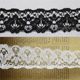 1 Yard Floral Lace Bordo Trim Ribbon 35mm Larghezza Bianco Nero Passamanerie Tessuto ricamato Nastro per cucire Craft Hat Bag Dress Abbellimento da tessuto ricamato floreale in pizzo fornitori