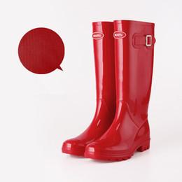 Estilos de sapato aquático on-line-Vermelho Rosa Mulheres RAINBOOTS moda Joelho-alta botas de chuva altas para a menina botas estilo botas à prova d 'água de Borracha botas de água sapatos de chuva de água rainshoes