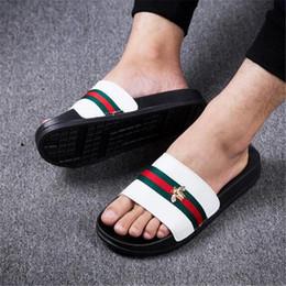 Lindas sandalias online-Hombres lindos de la raya de la abeja de la raya de la zapatilla de los hombres sandalias flojas de los muchachos que viajan los zapatos de la diapositiva de los adolescentes de la marca de fábrica breve