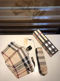 Ombrelli uomini online-Modello classico Ombrello per donne e uomini B reticoli 3 Pieghevole Ombrello di lusso con scatola regalo Ombrello pioggia regalo VIP (Anita)