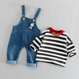 t uhr Rabatt Boutique heißen Herbst Kinder passt Jungen und Mädchen Baby gestreiften T-Shirt Uhr Denim Lätzchen zweiteilig