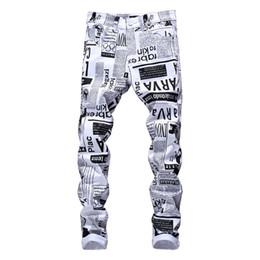 Männliche heiße hosen frei online-Designer-Bleistift-Jeans-Brief der heißen Mens druckte weiße Denim-Hosen-Mode-Verein-Kleidung für männliche freie Verschiffen-Hüfte-Hop ...