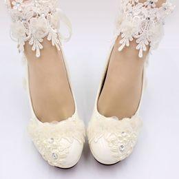 Ivoire dentelle fleurs femmes chaussures chaussures de mariage mariée mariée à la main talons de satin élégant gland dentelle ? partir de fabricateur