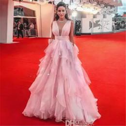 Vestido de bola com saia aberta on-line-2019 rosa vestido de baile vestidos de baile chique V profundo pescoço aberto babados organza e saia de tule até o chão vestidos de festa à noite celebridade formal