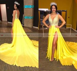 vestidos de seda del desfile Rebajas 2k19 Satén de seda amarillo Con cuentas Cristales Vestidos de noche Vestidos de fiesta de escote en V profundo Vestido de fiesta largo sin espalda sexy Dividir Vestido de fiesta Desgaste