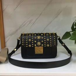 Deutschland Die neue Damentasche, die Kette und die Tasche mit doppeltem Verwendungszweck. Einzelne Schulter, vielseitig einsetzbar, Rindsleder. Einfache und großzügige Form, quadratischer Verschluss Versorgung
